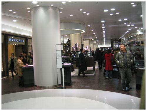 阪急メンズ館1階フロアー